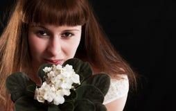 La muchacha con las violetas blancas Foto de archivo libre de regalías