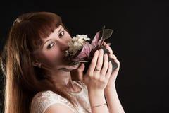 La muchacha con las violetas blancas Imagen de archivo
