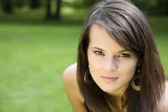 La muchacha con los anillos de oído Fotografía de archivo libre de regalías