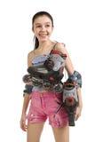 La muchacha con los caprichos del rodillo en un hombro Imagenes de archivo