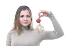 La muchacha con los christmass juega en su mano imagenes de archivo