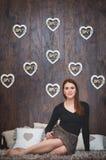 La muchacha con los corazones imagen de archivo