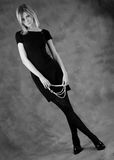 La muchacha con los granos de las perlas blancos y negros Imagenes de archivo