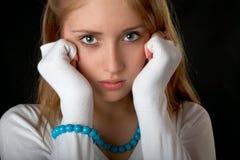 La muchacha con los granos y la pulsera Foto de archivo libre de regalías