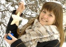 La muchacha con los ornamentos de la Navidad fotos de archivo libres de regalías