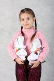 La muchacha con los patines Foto de archivo libre de regalías