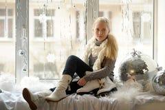 La muchacha con los patines de hielo Foto de archivo