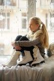 La muchacha con los patines de hielo Foto de archivo libre de regalías