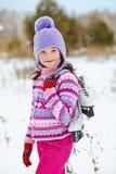 La muchacha con los patines de hielo va a la pista Foto de archivo libre de regalías