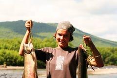 La muchacha con los pescados Fotos de archivo libres de regalías