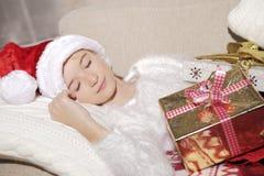 La muchacha con los regalos en la Navidad Imagenes de archivo