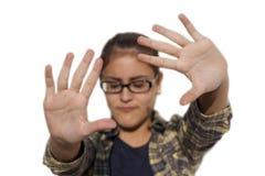 La muchacha con los vidrios la pone reparte para proteger Foto de archivo libre de regalías