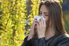 La muchacha con polen alergia Fotos de archivo libres de regalías
