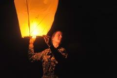 La muchacha con un aire de la linterna Imagen de archivo