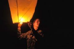 La muchacha con un aire de la linterna Fotos de archivo