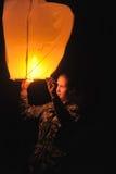 La muchacha con un aire de la linterna Imagenes de archivo