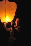 La muchacha con un aire de la linterna Foto de archivo libre de regalías