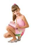 La muchacha con un bolso rosado Imagen de archivo libre de regalías