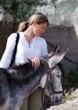 La muchacha con un burro Imagen de archivo