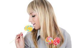 La muchacha con un caramelo de azúcar Imagen de archivo libre de regalías