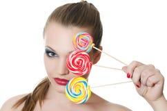 La muchacha con un caramelo de azúcar Fotos de archivo libres de regalías