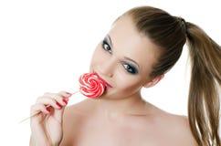 La muchacha con un caramelo de azúcar Imagen de archivo