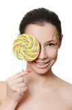 La muchacha con un caramelo de azúcar aislado en blanco Fotos de archivo libres de regalías