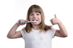 La muchacha con un cepillo de dientes Imagen de archivo