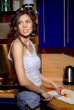 La muchacha con un cuchillo corta la manzana Fotografía de archivo libre de regalías