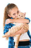 La muchacha con un gatito rojo Fotos de archivo