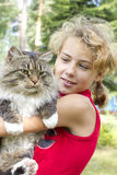 La muchacha con un gato Imágenes de archivo libres de regalías
