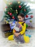 La muchacha con un juguete suave imagenes de archivo