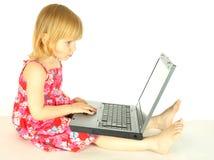 La muchacha con un ordenador Foto de archivo