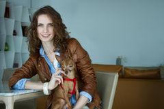 La muchacha con un perrito fotografía de archivo