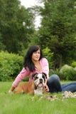 La muchacha con un perro Fotos de archivo