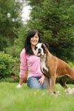 La muchacha con un perro Foto de archivo libre de regalías