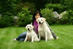 La muchacha con un perro Imágenes de archivo libres de regalías