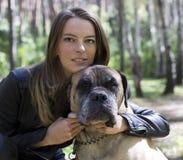 La muchacha con un perro Fotografía de archivo libre de regalías