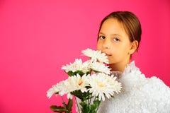 La muchacha con un ramo de camomiles Fotografía de archivo