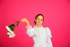 La muchacha con un ramo de camomiles Fotos de archivo libres de regalías