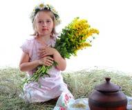 La muchacha con un ramo de flores amarillas Imágenes de archivo libres de regalías