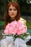 La muchacha con un ramo de la novia Fotografía de archivo