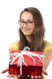 La muchacha con un regalo Fotos de archivo