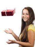 La muchacha con un regalo Imagen de archivo libre de regalías