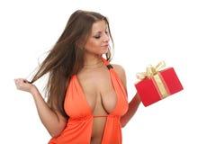 La muchacha con un regalo imagen de archivo