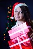 La muchacha con un regalo de la Navidad Fotografía de archivo libre de regalías