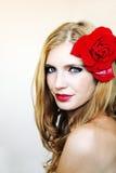 La muchacha con un rojo se levantó 2 Fotos de archivo