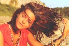 La muchacha con un tatuaje en el primer de la costa Foto de archivo libre de regalías