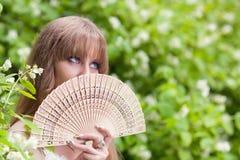 La muchacha con un ventilador Imágenes de archivo libres de regalías