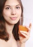 La muchacha con un vidrio de jugo. Fotos de archivo libres de regalías